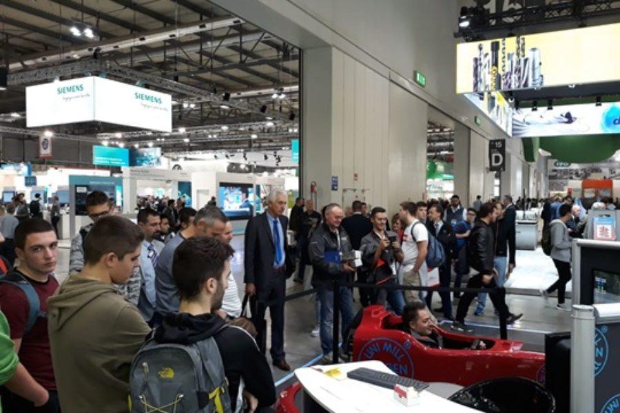 Code e Folla allo Stand Jongen per il BIMU con il Simulatore F1 Dinamico