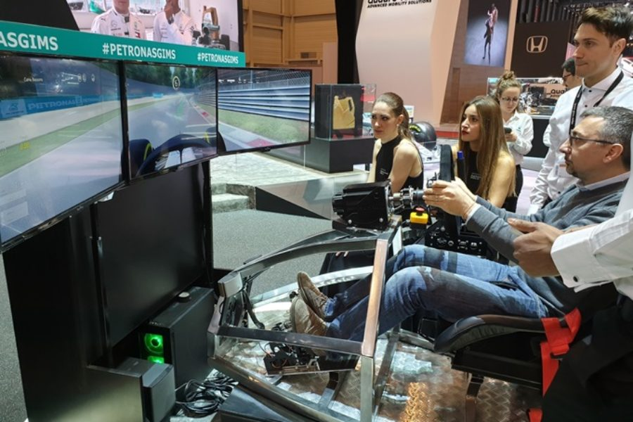 Code e Clienti a Palate nello Stand Petronas con il Simulatore GT Professionale